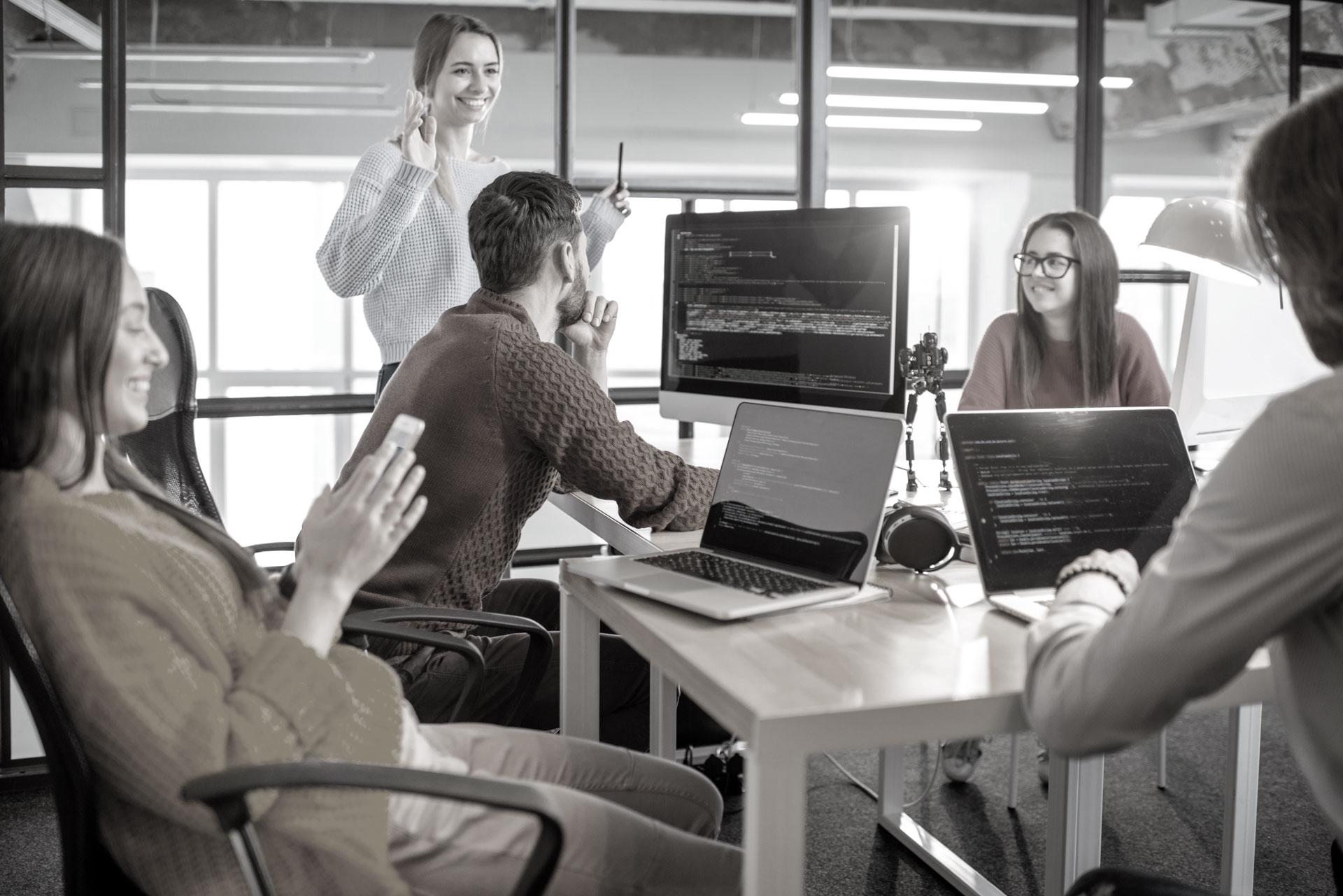 Title Grafik auf der ein Team programmiert IT Lösungen und tauscht sich dabei kreativ aus.