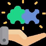 Eine Hand hält zwei Puzzle Teile