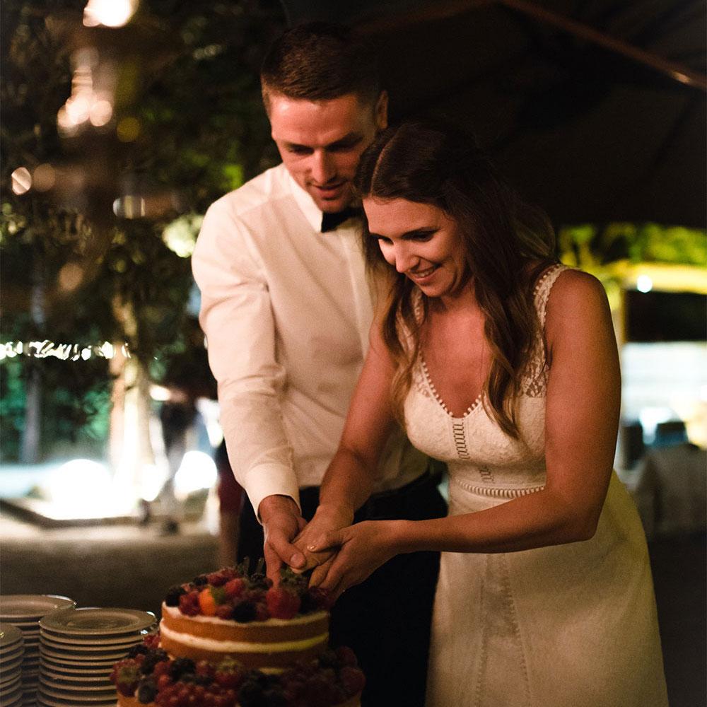 Ein Paar schneidet einen Kuchen an