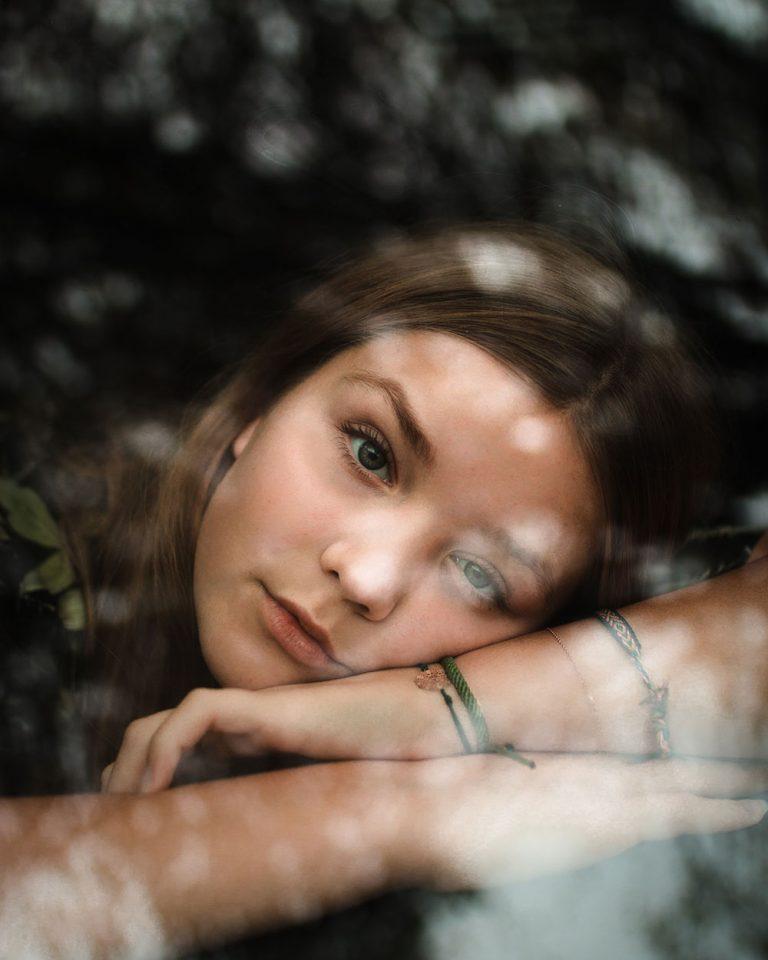 Mädchen schaut verträumt aus einem Fenster