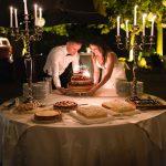 Ein Paar schaut auf eine Hochzeitstorte
