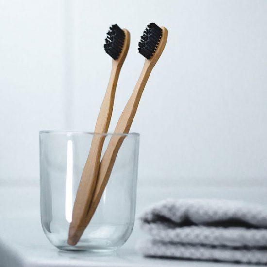 Ausschnitt aus einem Produktvideo, auf dem zwei Holz Zahnbürsten zu sehen sind.